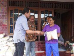 Wakil Ketua DPRD Babel, Hendra Apollo Bagi Sembako untuk Warga Masa Pandemi
